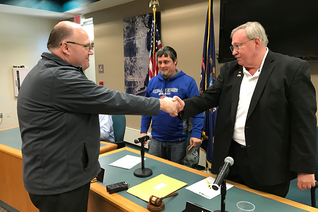 Thornton shakes Mayor Tall's hand